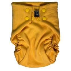 En gul tygblöja med knäppfunktion i en bild tagen framifrån